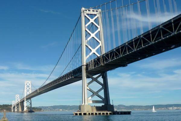 旧金山海湾大桥卡车冲入收费站,华裔收费员丧身!