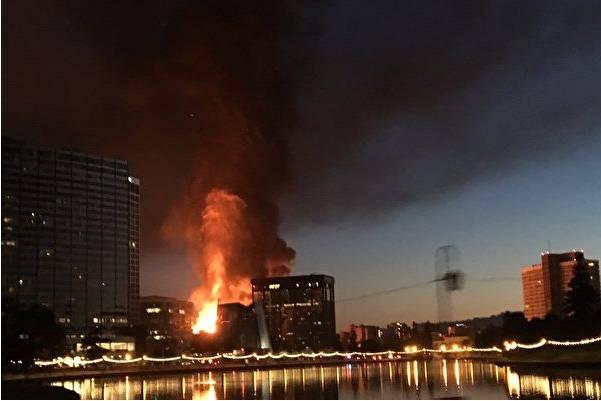 湾区奥克兰在建楼房突发四级大火!
