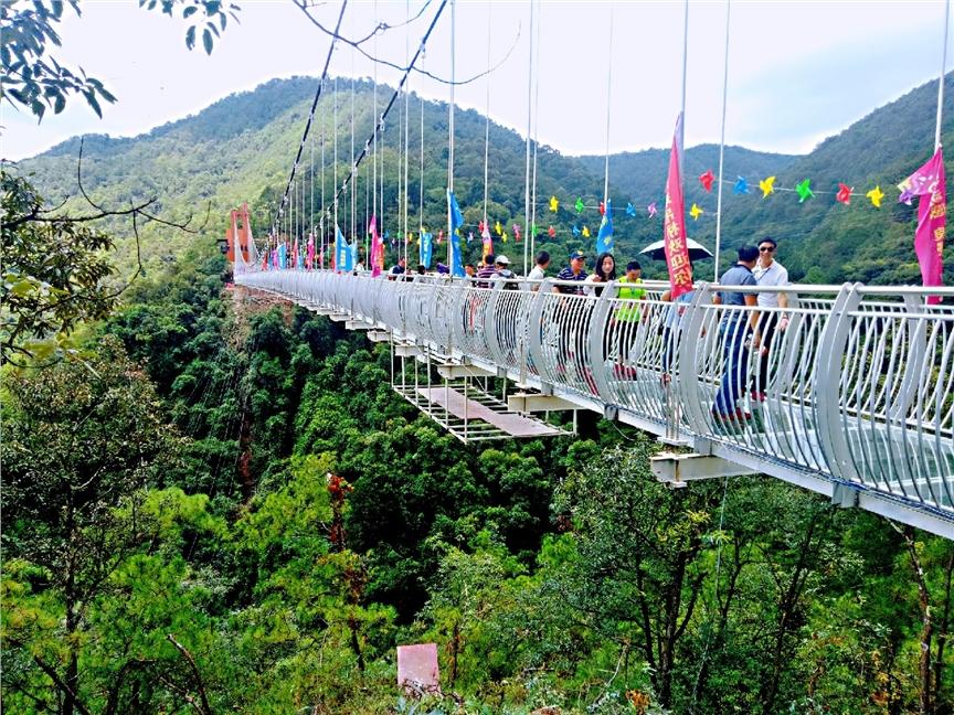 """8月18日上午,被誉为""""云南峡谷第一高空玻璃桥""""在安宁市青龙峡景区正式"""